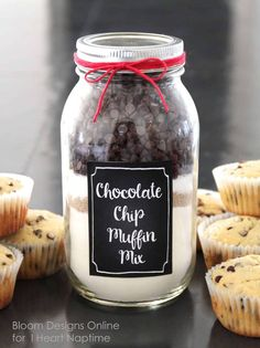 Chocolate Chip Muffin Mason Jars With Printable Chocolate chip muffin jars with FREE printables! Cute and easy gift idea! The post Chocolate Chip Muffin Mason Jars With Printable appeared first on Crafts. Pot Mason, Mason Jar Diy, Mason Jar Crafts, Mason Jar Cookie Recipes, Mason Jar Cookies, Jar Recipes, Cookies In A Jar, Cooking Recipes, Jar Food Gifts