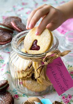 Vinkit: Täytteenä voi käyttää muitakin marmeladimakuja, sitruunatahnaa tai pähkinäsuklaalevitettä. Leivo pikkuleipiä lahjaksi! Osta kaunis purkki ja tee pakettikortista nimilappu. 30 kappaletta Mansikkatäytekeksit Taikina: 200 g voita 1 ½ dl sokeria 1 muna 4 ½ dl vehnäjauhoja 2 tl vaniljasokeria 1 tl leivinjauhetta Täyte: 400 g mansikkamarmeladia Pinnalle: tomusokeria Vatkaa voi ja sokeri vaahdoksi. Sekoita joukkoon […]