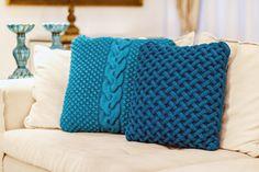 Repletas de personalidade, as almofadas em tricô azuis refletem harmonia e bom gosto. #Almofada #AlmofadaTrico #LojaSoulHome