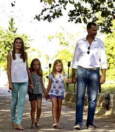 Los Príncipes de Asturias, tarde de paseo y visita cultural con sus hijas, las infantas Leonor y Sofía.