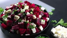Sfecla roșie este un aliment cu o valoare deosebită pentru organism.Crudă, sub formă de suc, preparată la cuptor sau fiartă, sub formă de salată, sfecla roșie este o sursă excelentă de vitamine (A, B, C, E, K), minerale (magneziu, fosfor, fier, calciu, potasiu, mangan) și fibre. Cu un gust dulceag și o culoare minunată, sfecla ne ține departe de cele mai crunte boli precum cancerul, bolile hepatice sau cardiovasculare. Vă prezentăm mai jos rețetele a două salate cu sfeclă, uimitor de…