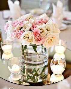 Centrotavola Rosa Romantico: rose bianche e avorio, candele e naturalmente uno specchio!