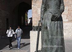 Arco del Alcocer y estatua de la reina Isabel la Católica. Arévalo. Ávila. Castilla y León. España. © Javier Prieto Gallego. www.siempredepaso.es
