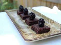 Брауни (Brownie) – американский десерт, плотный и плоский шоколадный торт. Обычно печется в подносе и разрезается на квадратики. Изобретен в 1893 году поваром отеля Палмер в Чикаго. Оригинальный рецепт включает абрикосовую глазурь и грецкие орехи. В отеле (в котором я … Continue reading →