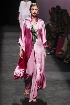 Madrid Fashion Week:   Marcos Luengo Primavera Verano 2020 Fashion 2020, Fashion Show, Female Fashion, Women's Fashion, Evening Gowns Couture, Classy Work Outfits, Kurta Designs, One Piece Dress, Muslim Fashion