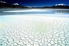 Vaste désert de sel situé sur les hauts plateaux du sud-ouest de la Bolivie, le Salar de Uyuni est le vestige d'un lac d'eau de mer asséché, formé il y a 40 000 ans. C'est le plus vaste désert de sel au monde, avec une étendue de près de 12 500 km².