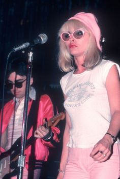 """Debbie Harry of the punk-pop band Blondie is one of the most stylish, cool iconic women to grace the earth. Before Deborah Ann """"Debbie"""". Punk Rock Outfits, 70s Outfits, Grunge Outfits, Debbie Harry Style, Blondie Debbie Harry, Taylor Momsen, Rock Chic, Glam Rock, Guns N Roses"""