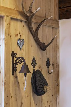 Rustikal-moderne Ferienwohnungen // Rustic and modern holiday apartments Private Sauna, Holiday Apartments, Metal Art, Clock, Hardware, Wall, Home Decor, Modern Farmhouse, Cottage House