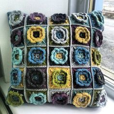 Divine cushion, love these colors. Freebie square pattern on  Ravelry by Beata Basik.
