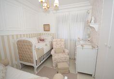 lindo quarto de bebê em tons de branco e bege, com boiseries e papel de parede. quarto pequeno com berço, cômoda, poltrona e cama babá