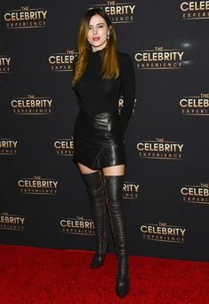 Bella Thorne hits the red carpet at The Celebrity Experience.-Bella Thorne hits the red carpet at The Celebrity Experience event Bella Thorne turns heads in a mini and thigh-high leather boots at The Celebrity Experience event Celebrity Boots, Celebrity Style, Fashion Mode, Look Fashion, Bella Thorne And Zendaya, Bella Throne, Look Formal, Leder Outfits, Hollywood Celebrities