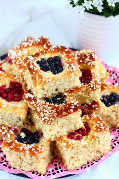 Peltipulla on äärettömän helppotekoinen, pehmeä ja muhkea pulla, jossa taikina vain painellaan pellille ja kohotetaan kertaalleen ennen paistamista. Se on mainio myös siitä, ettei taikinaa välttämättä tarvitse vaivata sitkoiseksi vaan aineiden sekoittami… Tasty Pastry, Sweet Buns, Cake Business, Sweet Pastries, Sweet And Salty, Sweet Bread, Cakes And More, Let Them Eat Cake, No Bake Cake