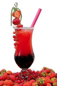 Bubble Tea Strawberry - so delicious! Martinis, Bubble Tea, Non Alcoholic, Wine Decanter, Donuts, Sweet Treats, Beverages, Bubbles, Frozen