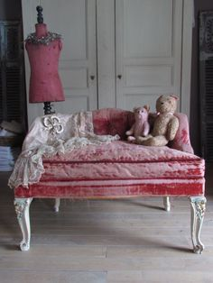 This little antique, pink velvet tufted settee is so pretty ~ I love that it is worn ~ and the vintage lace thrown over it ~ #bleu perfection.... #vintage lace #antique pink velvet settee