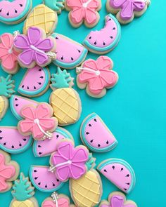 Los Angeles-based graphic designer Holly Fox combines her passion for design and baking by creating these yummy sugar cookies that are adorable to look Summer Cookies, Fancy Cookies, Cute Cookies, Royal Icing Cookies, How To Make Cookies, Fox Cookies, Making Cookies, Elegant Cookies, Fruit Cookies