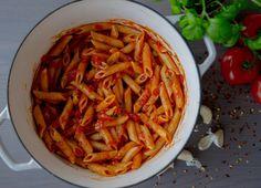 Att något så enkelt kan vara så lyxigt och gott! Pasta arrabiata är en god och lättlagad italiensk tomatsås med sting som är ljuvlig att servera med pasta. Se hur jag lagar rätten steg för steg HÄR! 4 portioner 800 g hela tomater på burk 3 st vitlöksklyftor 2-3 tsk chiliflakes (justera hetta efter smak) 1 stor näve färsk basilika Salt & peppar Ca 4 msk olivolja 400 g penne pasta Gör såhär: Öppna upp konservburkarna med hela tomater, ta ner en sax direkt i burken och klipp tomaterna tills ...