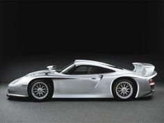 Porsche 911 GT1. Los autos de la categoría GT eran versiones muy modificadas de los de calle como los McLaren F1 y el Ferrari F40. Pero cuando el 911 GT1 se presentó en 1996 explotó el reglamento al máximo y sorprendió con su fraternidad a los deportivos. En vez de desarrollar una versión de carreras basada en el de calle, fueron efectivamente a construir un prototipo, pero para cumplir con el reglamento crearon una versión de calle llamada 911 GT1 Straßenversion.