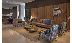 A ideia principal desse Living foi integrar a sala de estar à mesa de jantar. O grande espaço de convivência criado pela arquiteta Andrea Chicharo ocupa a maior parte dos 58 m² desse ambiente.