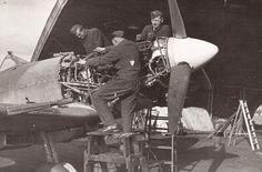 310. stíhací perutě z února roku 1943 při opravě jednoho z letounů Spitfire. 310. stíhací perutě z února roku 1943 při opravě jednoho z letounů Spitfire. Stanislav Šnepfenberg, František Fröhlich a Karel Heřman Supermarine Spitfire, Fighter Pilot, Warfare, Ww2, Air Force, Aviation, Aircraft, British, Ships