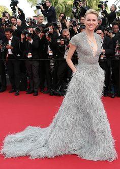 Naomi Watts éblouissante dans une robe Elie Saab mise en valeur par un makeup et une coiffure sobres !