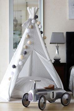 Aos olhos de um adulto uma tenda poderá ser apenas uma tenda, mas ao olhos de uma criança é seguramente muito mais do que isso….um lugar mágico, um sítio sossegado para dormir a sesta, ou até um es…