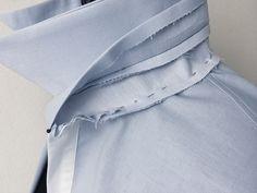Steg inklusive Kragen an linke Seite Halsausschnitt gesteckt - Sewing Collars, Sewing Shirts, Sewing Pants, Tailoring Techniques, Techniques Couture, Sewing Techniques, Dress Sewing Patterns, Clothing Patterns, Mens Shirt Pattern