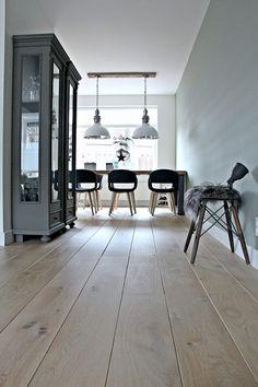Bild könnte enthalten: Tisch und Innenbereich