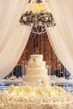 Un beau gâteau à étages pour une décoration mariage magnifique