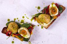 Έυκολες γρήγορες και πεντανόστιμες μπρουσκέτες με αυγό από τον Άκη Πετρετζίκη. Φτιάξτε απολαυστικές και εύκολες μπρουσκέτες για όλους μέσα σε ελάχιστο χρόνο!