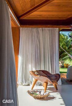 O banco de Hugo França favorece a leitura num dos bangalôs de hóspedes. As cortinas são de linho (JRJ).