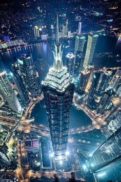 Vista nocturna de Dubai desde el cielo.