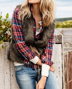 Distressed jeans and flannel shirt outfit is elevated by chic faux fur vest with cute sash Looks Chic, Looks Style, Style Me, Fashion Moda, Look Fashion, Womens Fashion, Fall Fashion, Fall Winter Outfits, Autumn Winter Fashion