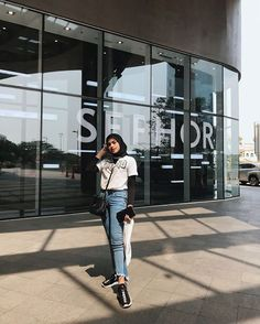 Funny girl outfits Ideas for 2019 Hijab Jeans, Ootd Hijab, Hijab Chic, Street Hijab Fashion, Muslim Fashion, Korean Fashion, Girl Outfits, Cute Outfits, Fashion Outfits