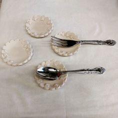 カトラリーレスト  企画展に合わせてミニなお皿 カトラリーレストに 焼けたら更に小さくなるのであまり適さない  リング置きお漬物うーん  皿に合わせて花を減らして少しシンプルに  一緒に並べられるかな  #陶小物#陶#nonojiko#磁器 #カトラリーレスト#カトラリー #箸置き#スプーン#フォーク #企画展