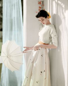 This image shot by Horst in 1953 is a wonderful example of his stunning work in color. Shot on large format film, the photograph is elegant and beautiful. 1950s Style, Style Retro, Retro Mode, Vintage Mode, Vintage Outfits, Vintage Dresses, 1950s Dresses, Vintage Clothing, Pretty Dresses