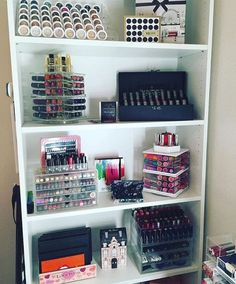 Inspiration to use a shelf unit to both organize and display your makeup. Makeup Beauty Room, Hair And Beauty Salon, Beauty Desk, Beauty Vanity, Diy Beauty, Vanity Makeup Rooms, Vanity Room, Makeup Storage Organization, Storage Ideas