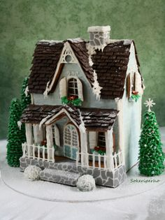 Vihervaara on tehty piparista, pikeeristä, sokerista ja makeisista. Katto on tehty suklaasta. Talon ympärillä olevat kuuset on piparikartioita, jotka on kuorrutettu pikeerillä. Terassin tukipylväät on suklaatikkuja pikeerikuorrutuksella. Portaiden vieressä olevat pensaat on marmeladikuulia pikeeri/tomusokerikuorrutuksella. - by Rita -- Piparkakkutalo, Joulu, Gingerbread house, Christmas
