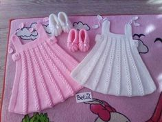 Crochet pink and gray baby dreWhite crochet baby dress set wThis Pin was discovered by Irm Girls Knitted Dress, Knit Baby Dress, Knitted Baby Clothes, Crochet Baby Dress Pattern, Baby Knitting Patterns, Baby Patterns, Dress Patterns, Baby Set, Knitting For Kids