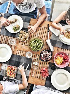 Ma che bello pranzare all'aperto...oggi tutti in famiglia a mangiare gli avanzi della cena di ieri sera perché lacucinachevale vale anche il giorno dopo!  #amazing #Beautiful #bestoftheday #cucina #cibo #cooking #ricette #delicious #delish #dessert #dinner #eat #eating #fashionfood #favorite #brunch #foodaddict #foodart #foodblog #foodblogger #foodgasm #foodie #foodlover #foodpic #foodporn  #foodstyling  #all_food_passion #tagfooditalia #total_photofood #topitalianfood