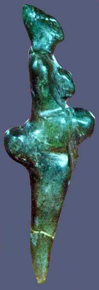 La statuette de Monpazier (à gauche) trouvée en 1970 à la surface d'un labour, petite, taillée dans de la stéatite verte, la vulve bien dessinée et dont les fesses pointées en arrière et le ventre projeté en avant l'ont fait surnommer le Polichinelle.