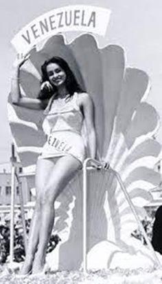 Miss Venezuela 1955 Susana Duijm en la Ciudad de Long Beach participando en el Miss Universe 1955.. Clasificando en el Top 15.. De alli es invitada por Eric Morley a participar en el Miss World donde se Quedo con el titulo..