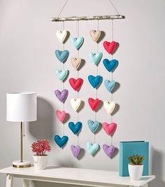 Make A Felt Heart Wall Hanging - dekoration Felt Crafts Diy, Felt Diy, Joann Crafts, Clay Crafts, Fabric Crafts, Felt Wall Hanging, Wall Hanging Decor, Fabric Wall Decor, Heart Wall Decor