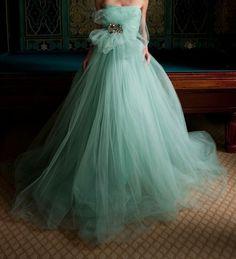 Today my post is all about stylish seafoam green wedding dress! I am here again to bring forth a fabulous collection of seafoam green wedding dress. Azul Tiffany, Bleu Tiffany, Tiffany Theme, Tulle Wedding Dresses, Tulle Gown, Wedding Gowns, Prom Dresses, Gown Dress, Chiffon Dress