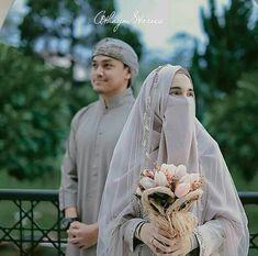47 Ideas Photography Poses Wedding Bridesmaid For 2020 Muslim Couple Photography, Wedding Photography Poses, Wedding Poses, Wedding Photoshoot, Muslim Wedding Gown, Hijabi Wedding, Muslimah Wedding Dress, Bridal Hijab, Hijab Bride