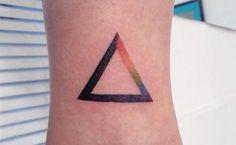 tattoo triangulo/prismas/arco-iris