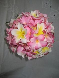 Bouquet de mariée Fleurs d'un nouveau monde - Modèle Coup de coeurBouquet tombant Roses rouges et pétales© Fleurs d'un nouveau...