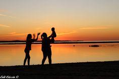 Família ao por do sol no condomínio Bela Vista, no rio Tietê em Novo Horizonte - (SP)