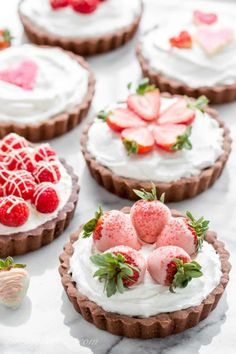 Mini Chocolate Tarts Chocolate Tarts with White Chocolate Mousse filling topped with sprinkle hearts, strawberries and raspberries Tortas Doces Fancy Desserts, Delicious Desserts, Tart Recipes, Dessert Recipes, Dessert Food, White Chocolate Mousse, Mini Chocolate Tarts, White Chocolate Desserts, White Desserts