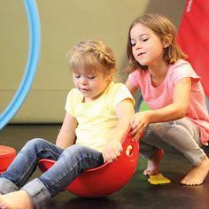 Bilibo est un drôle de jouet qui se transforme selon les envies et l'imagination des enfants : tantôt toupie, pont ou siège pour bouger, se balancer... tantôt récipient pour remplir, vider, transvaser... Il accompagne les enfants pendant une longue période de leur développement. Plastique résistant. 4 couleurs au choix. Diam. 45 cm. Dès 2 ans.