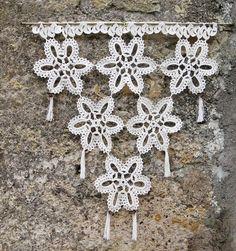 fr_paire_de_rideaux_au_crochet_faits_main_a_motif_fleur_ Filet Crochet, Art Au Crochet, Crochet Wool, Crochet Stars, Crochet Motifs, Crochet Doilies, Crochet Stitches, Crochet Patterns, Crochet Curtains
